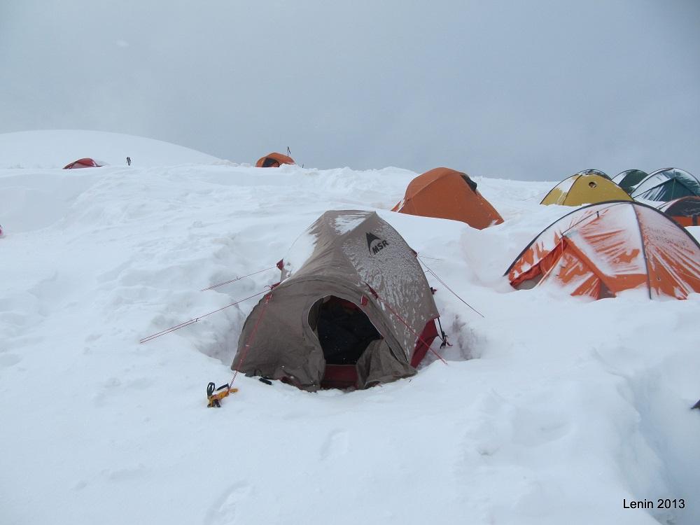 Tienda enterrada en el pico Lenin - Kirguistán