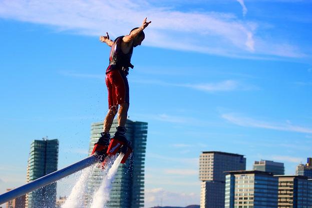 Hombre practicando Flyboard Barcelona